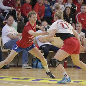 Dickens Tove salokivi och HIFK:s Annamari Jääskeläinen går en hård kamp i den fjärde handbollsfinalen våren 2018.