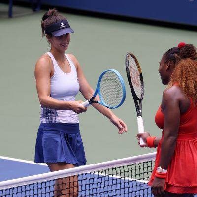 Serena Williams (oik.) ja Tsvetana Pironkova kuvassa