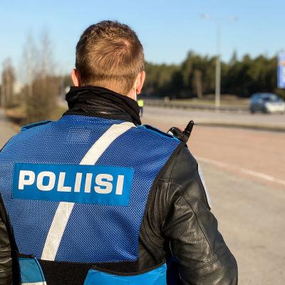Poliisi valvoo nopeuksia Turun Kehätiellä 21.4.2021.