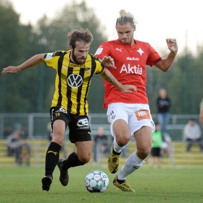 Hongan Lucas Kaufmann (vas.) ja HIFK:n Sakari Tukiainen kaksinkamppailussa