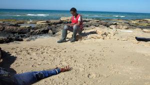 En drunknad migrant som försökte ta sig till Europa bärgas utanför Tripoli i mars