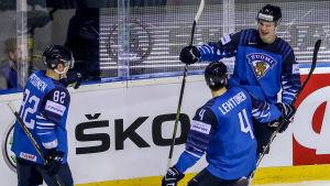Kaapo Kakko, Mikko Lehtonen och Harri Pesonen firar ett mål.