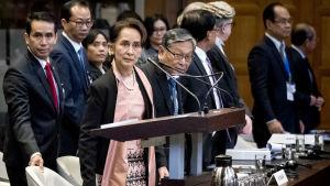 Suu Kyi Haagin tuomioistuimen salissa.