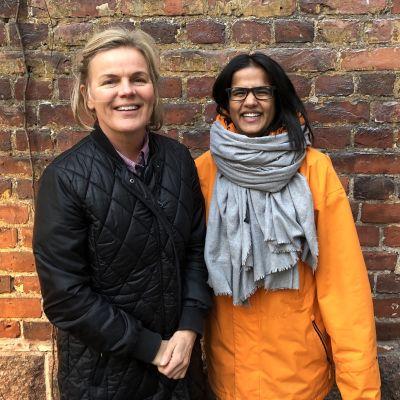 Hushållsrådgivare Elisabeth Eriksson och Tika Sevón Liljegren står ute mot röd tegelvägg och ler