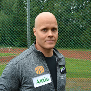 David Söderberg tittar in i kameran vid en sportplan.