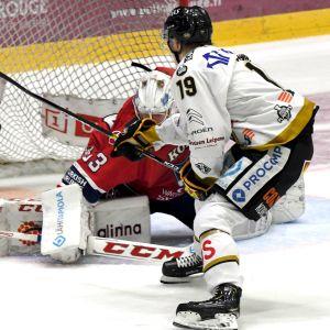 Rasmus Kupari gör mål på Atte Engren.