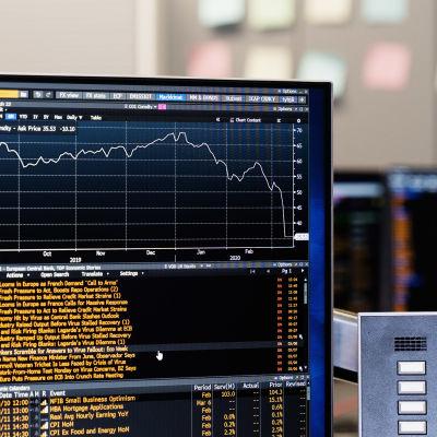 OP Ryhmän pääkonttorilla seurataan pörssikurssien kehitystä, tässä öljyn hinta laskee.