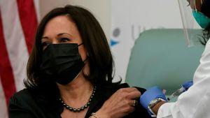 Den tillträdande vicepresidenten Kamala Harris fick sin första spruta mot covid-19 i Washington på tisdagen. Biden har låtit vaccinera sig inför kamerorna redan tidigare.