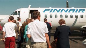 resenärer som går till finnair flygplan