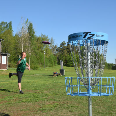 Patrik Ekström kastar discgolf.