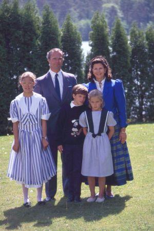 Kronprinsessan Victoria med kungen, drottningen, prinsessan Madeleine och prins Crarl Philip 1990.