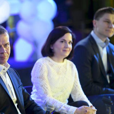 Partiordförande Petteri Orpo samt  viceordförandena Sanni Grahn-Laasonen och Antti Häkkänen på Samlingspartiets valkryssning.