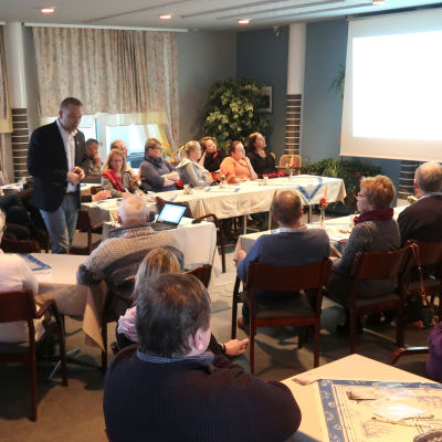 Kimitoöpolitikern Niklas Guseff (SFP) talar framför en publik.