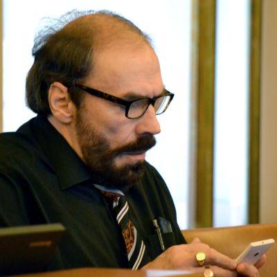 Olavi Mäenpää istuu paikallaan Turun kaupunginvaltuustossa.