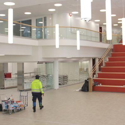 Kivimaan uuden monitoimitalon aulan portaat ovat punaiset.