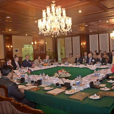 Pakistan har för första gången inbjudit både Kina och USA för att diskutera fredsutsikter i Afghanistan.
