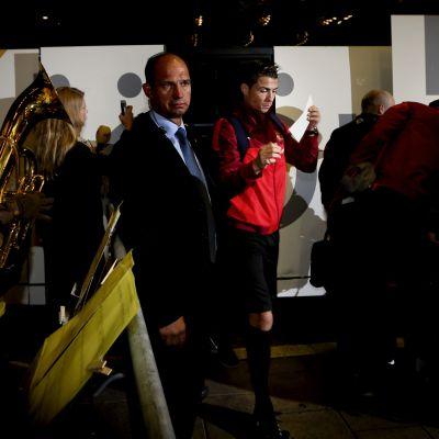 Cristiano Ronaldo välkomnas av blåsorkester till Sverige hösten 2013