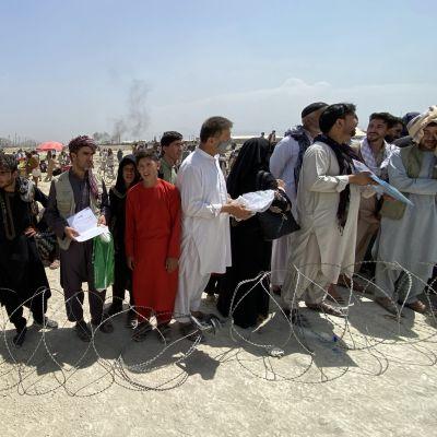 Kabulin lentokentälle jonotti tiistaina suuri joukko muun muassa länsimaisille työnantajille työskennelleitä afganistanilaisia, jotka pyrkivät pakoon maasta.