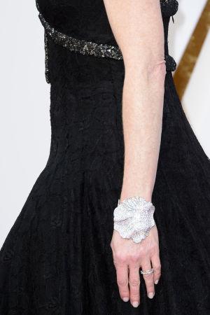 Julianne Moores arm med smycke på Oscarsgalan 2016.