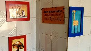 Estniskspråkig skylt på köksväggen där det står: Ge det bästa av dig själv, utgående från det du har och var du är.