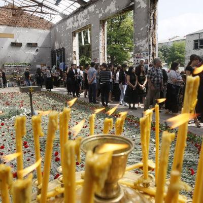 Anhöriga minns terrordramat i Beslan 2004 i den attackerade skolans ruiner.