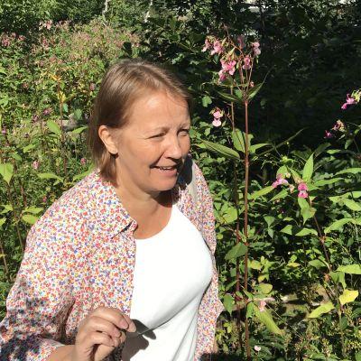 Stadsekologen Kaarina Heikkonen bland jättebalsaminer.