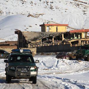 Militärfordon framför den bombade basen i närheten av Kabul