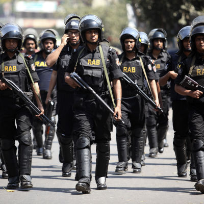 Elitpolisstyrkan RAB patrullerar i Dhaka i mars 2013.
