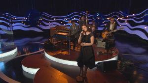 Emma Salokoski upptråder i det fjärde programmet av På resande not