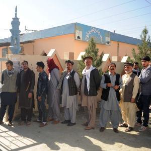 Människor köar till en vallokal i Kabul.