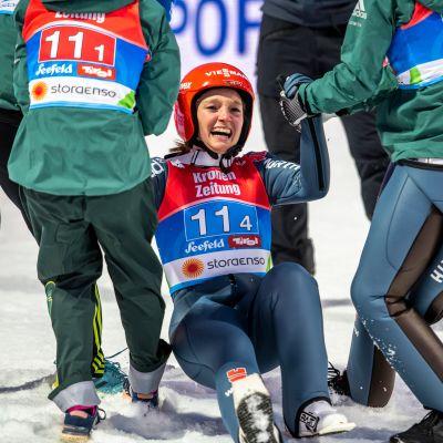 Saksan Katharina Althaus juhli joukkuetovereidensa kanssa joukkuemäen MM-kultaa.