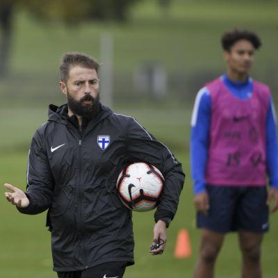 Valmentaja Joaquin Gomez jalkapallon U21 maajoukkueen harjoituksissa 6. lokakuuta 2020 Helsingissä.