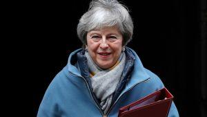 Theresa May lämnar Downing Street för att presentera sin plan B.