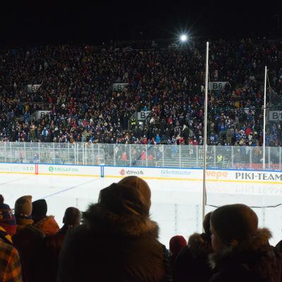 Publik runt ishockeyrink.