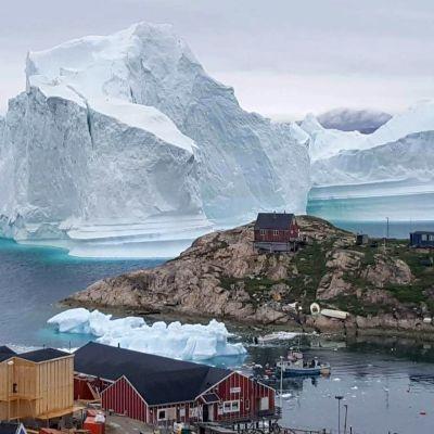 Jäävuori päätyi Innaarsuitin kylän lähelle Grönlannissa viime heinäkuussa.