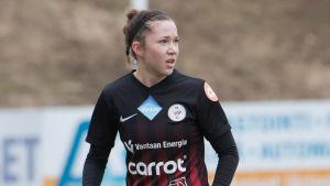 Kaisa Collin på fotbollsplanen.