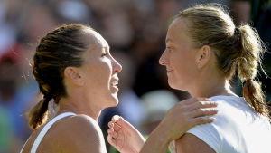Jelena Jankovic tackar Petra Kvitova för en bra match i Wimbledon 2015.