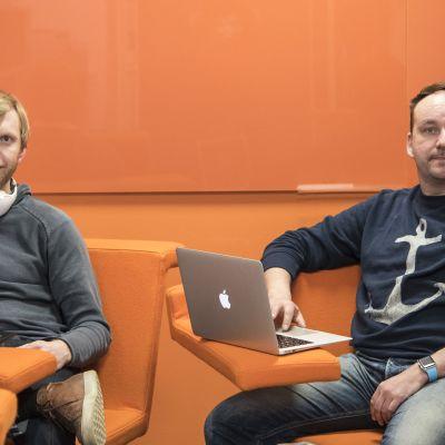 Pekka Peura ja Markus Humaloja istuvat nojatuoleissa