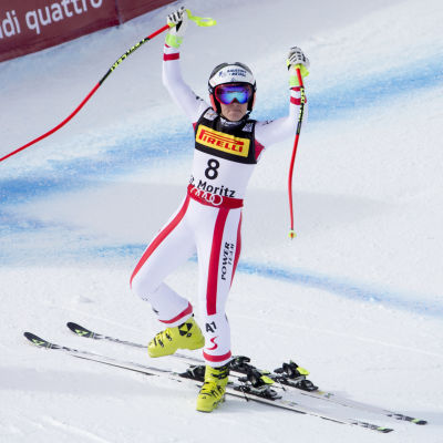 Nicole Schmidhofer etta i mål i super-G.
