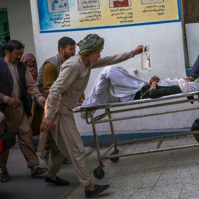 Räjähdyksessä loukkaantunutta tyttöä vietiin sairaalaan Kabulissa Afganistanissa.