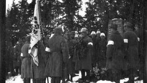 Vid minnesstenen över de stupade i slaget vid Svidja, i Ingels. Fotografiet taget år 1919 av Bernhard Åström.
