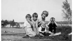 En ung Elisabeth Rehn tillsammans med sina fyra barn.