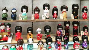 Kokeshidockor från Japan i vitrin.