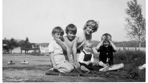 Äiti ja lapset Kirkkonummen Hilassa vuonna 1963. Elisabeth Rehnin yksityisarkisto.