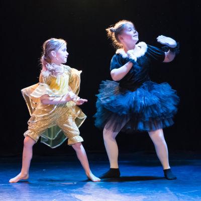 Hurja piruettis dansare uppträder med numret Guldfisken Cleo och Katten Figaro.