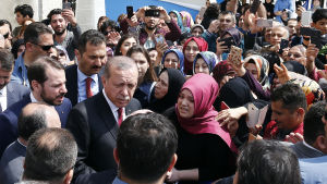En arkivbild på president Erdoğan och hans svärson, nuvarande finansminister Berat Albayrak (strax till vänster om Erdoğan) då de mötte moskébesökare utanför en moské i Istanbul i april 2017.