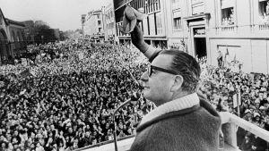 Salvador Allende talar till folkmassor, 1970