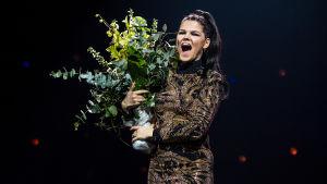 Saara Aalto juhlistaa voittoaan Uuden Musiikin Kilpailussa 2018