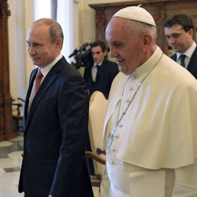 Påve Franciskus träffar Rysslands president Vladimir Putin i Vatikanen.