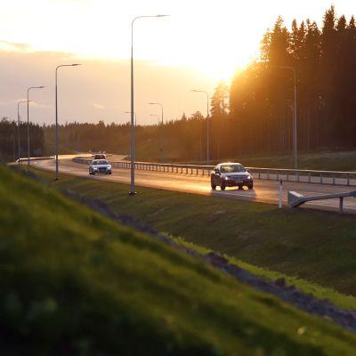 Autoja nelikaistatiellä Rahulassa Mikkelissä.